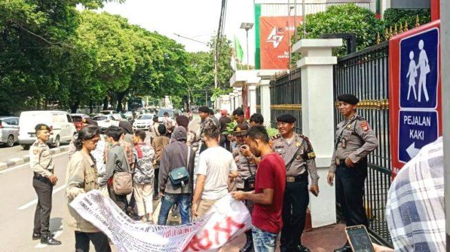 Gerakan Lintas Aktivis Mahasiswa Unjuk Rasa Depan Kantor DPP PDI Perjuangan